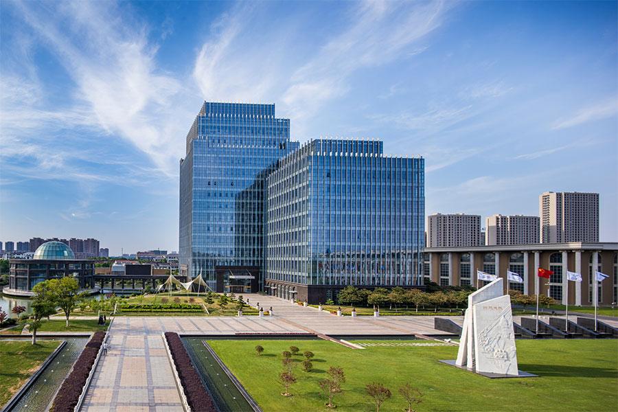 """求索进取 护佑众生 扬子江药业集团创建于1971年,是一家跨地区、产学研相结合、科工贸一体化的国家大型医药企业集团,也是科技部命名的全国首批创新型企业。集团总部位于江苏省泰州市,现有员工15000人,总占地面积300多万平方米。旗下15家成员公司分布泰州、北京、上海、南京、广州、成都、苏州、常州等地,营销网络覆盖除台湾以外的全国各省、市、自治区。 扬子江药业集团始终秉承""""求索进取,护佑众生""""的企业使命,践行""""高质、惠民、创新、至善""""的核心价值观,致力于向社会"""
